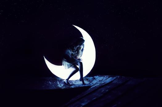 فتاة القمر